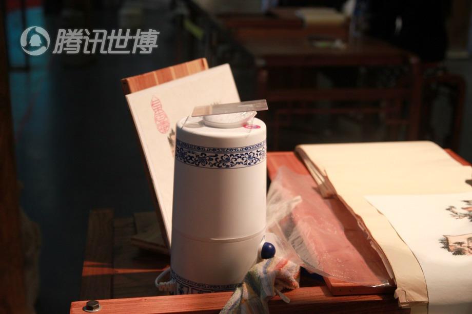在整个过程中,这个加湿器必不可少,因为木版水印需要在一个湿度比较大的环境中进行,防止画面发干