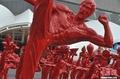 高清:红色李小龙功夫系列雕塑亮相世博园