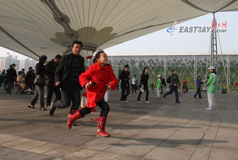 世博最后一日 世博轴上演最后的奔跑