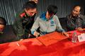 刘翔为武警战士签名