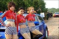 组图:CRC龙游站开幕 赛车宝贝向韩寒索签名