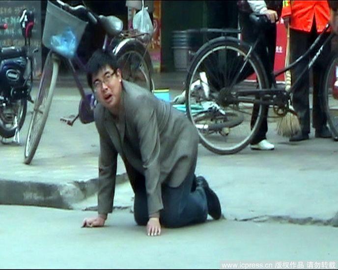 2010年11月4日上午9点多,江苏兴化市城区一家超市门前,一名衣着考究的青年男子双膝跪地向路人乞讨。