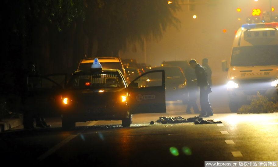 民警封锁了案发现场,并在出租车上勘察.(东方IC供图)-西安街头