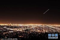 图:摄影师抓拍池谷-村上彗星划过洛杉矶夜空