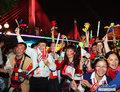 高清:广州亚运会开幕式 市民珠江边欢庆迎彩船