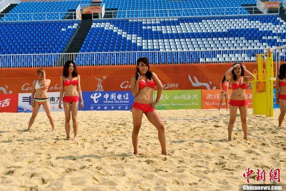 身着比基尼在广州亚运会沙滩排球馆主赛场进行训练.比赛期间,沙