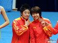 高清:中国羽球女团领奖 于洋摆搞笑造型
