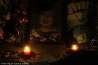 组图:上海火灾遇难者家属焚香烧纸祭奠逝者