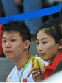 组图:陈一冰何雯娜观战体操 吃香蕉举动亲昵
