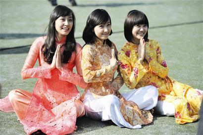 身着传统民族服饰的越南美女留学生们
