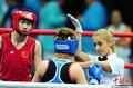 拳击美女裁判引人注目