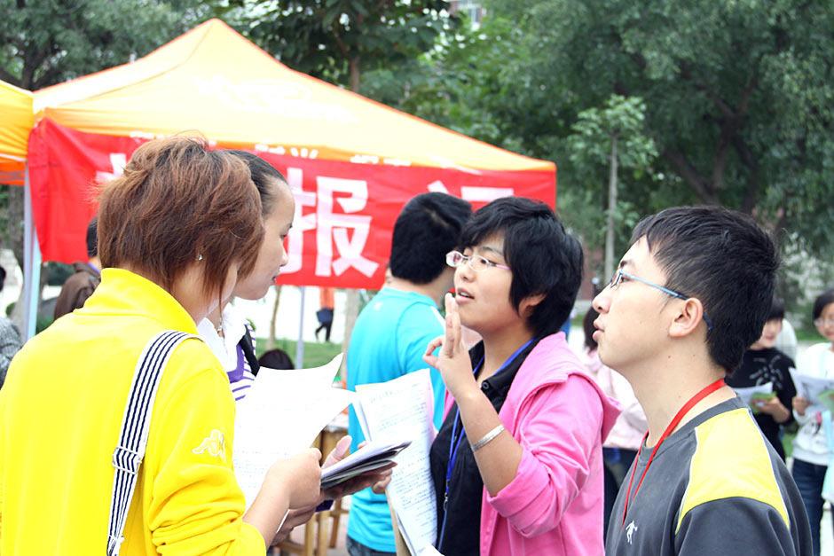 大学生摄影赛:中国大学生社团招新图片