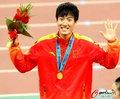 高清:110米栏颁奖 刘翔豪取3连冠摆搞怪造型