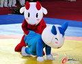 高清:吉祥物上演搞笑摔跤战 喜羊羊示范赛规