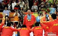 高清:男篮11铁汉膜拜大郅 12枚金牌挂胸前
