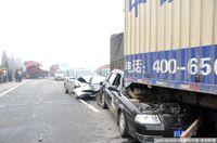 组图:福银高速江西九江段22车追尾 现场惨烈