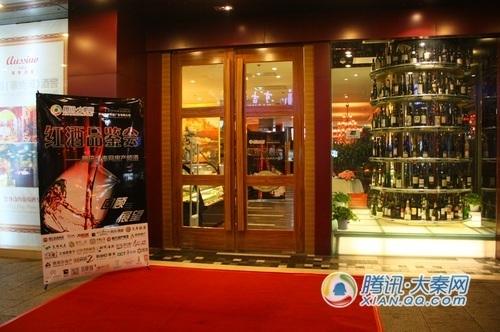 华丽丽的富隆酒窖大门口,我们的X展架和酒窖的展示柜相映成趣。