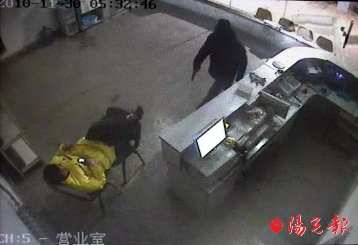 两青年为出国打工筹钱 持仿真枪夜抢加油站