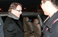 组图:老布携子抵京接受采访 下飞机狂找烟抽