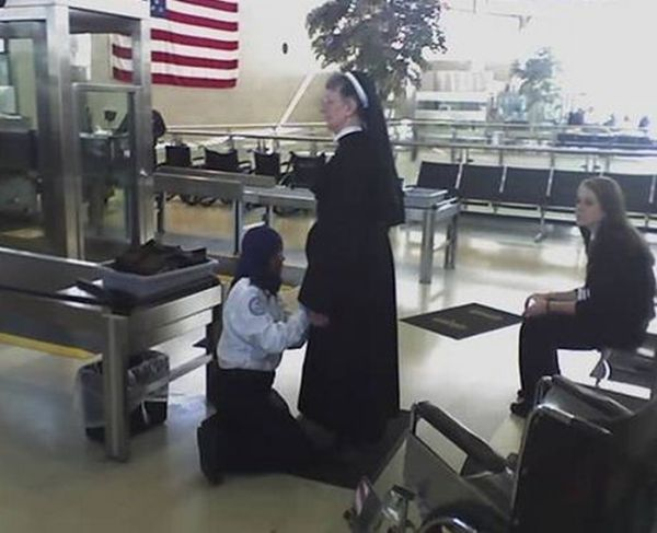 雷人 美国机场竟如此安检