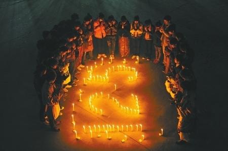 组图:诗歌送别 献给道孚火灾中牺牲的官兵