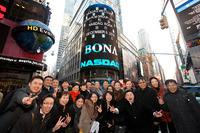 组图:博纳影业美国上市 于冬落泪与巩俐拥抱