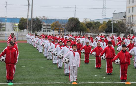 小学:深圳开发区同学创小学操实力颠球显足球组图永盐城联图片