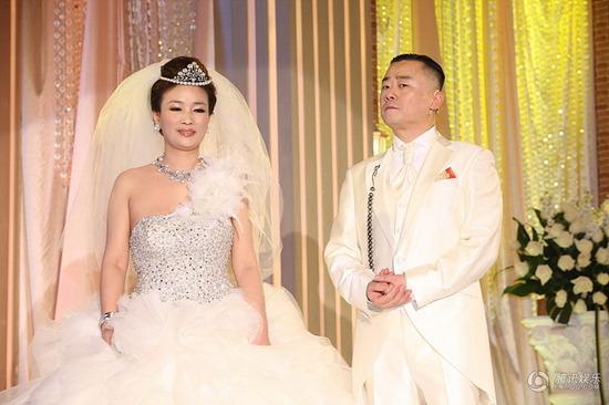 周立波携妻子胡洁恩爱上电视 婚礼全程被曝光