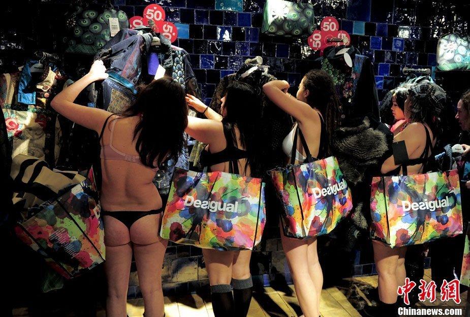 组图:西班牙服装店打折 顾客穿内衣疯狂抢购