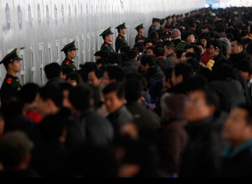 1月9日,上海,售票窗口前排队人群密密麻麻。