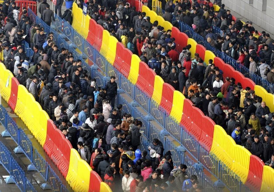 1月9日,宁波国际会展中心铁路临时售票处,购票的旅客排起长队。