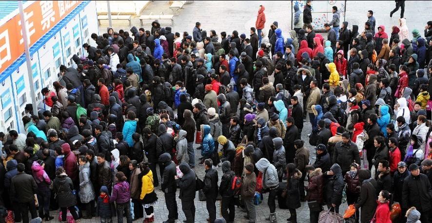 1月9日,旅客在北京西客站室外临时售票处排队买票。