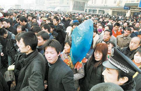 大批等待买票的人们