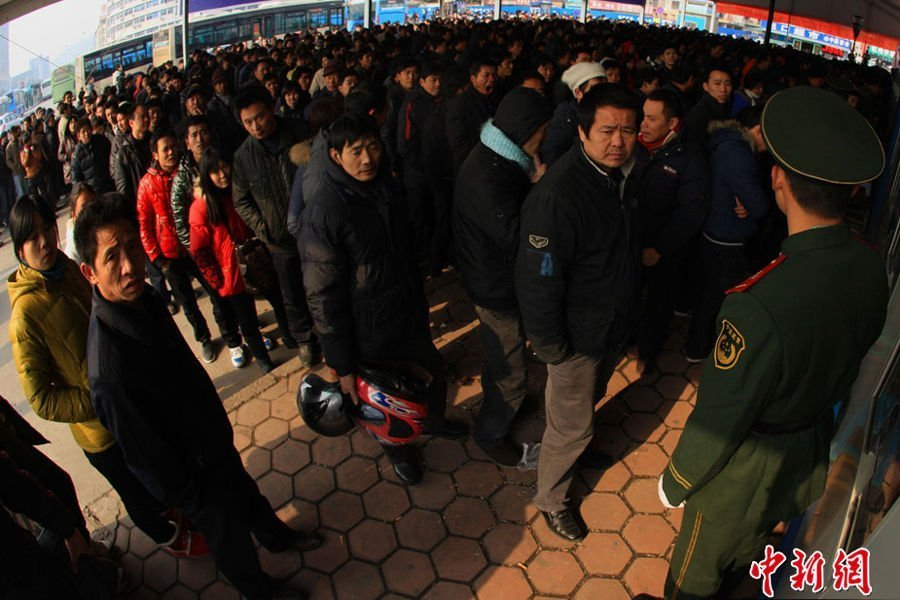 1月9日,杭州南站临时售票处20个窗口开售春运火车票。