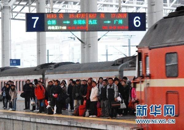 1月3日,旅客在江西九江火车站准备乘车出行。新华社发(胡国林 摄)