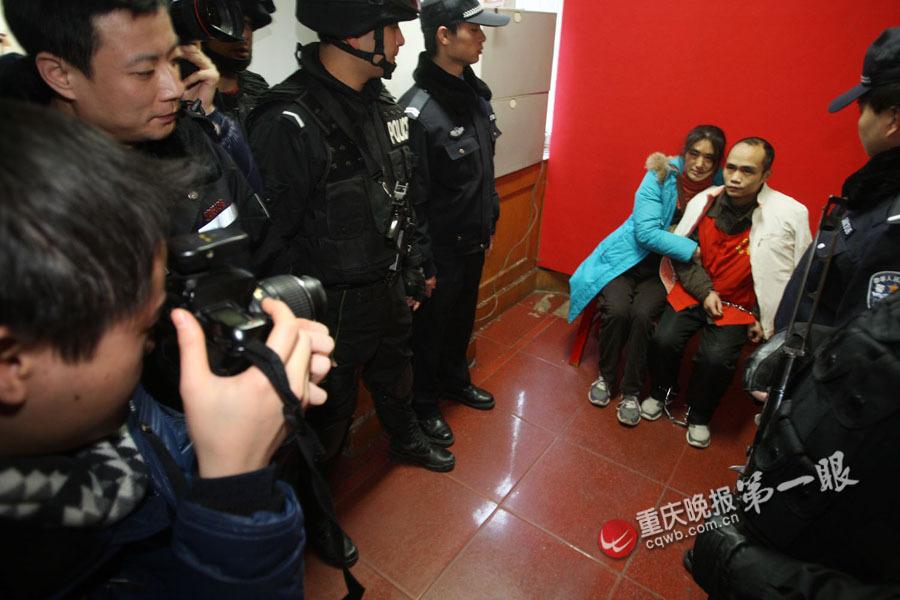 民警押着犯罪嫌疑人去结婚 戴着手铐脚镣办证