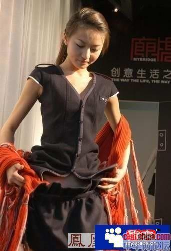 组图:美女模特上台走秀期间