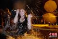 俄国佳节民众排队冬泳