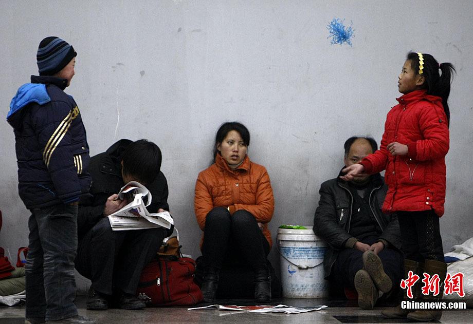 图为北京西客站候车大厅孩子踢毽子打发时间。中新社记者 杜洋 摄