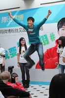 组图:网友热拍翔飞人 刘翔与女粉丝亲密互动