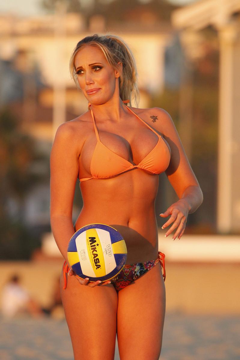 爆乳美女玩沙滩排球 诱人 - hanwa - 心.灵.的家园