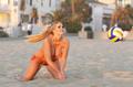 丰韵女郎挑战沙滩排球