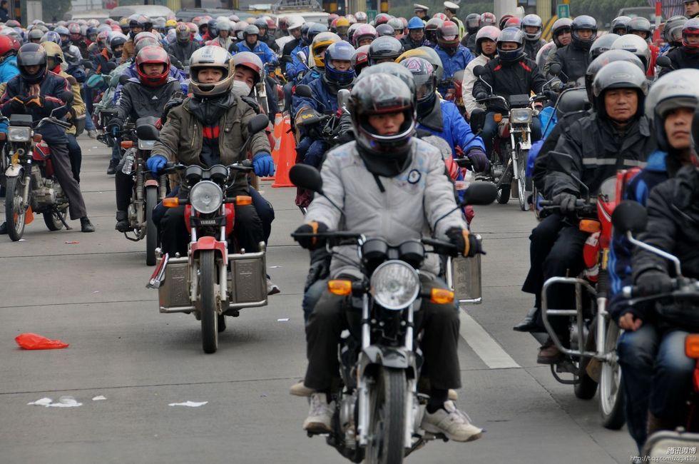 2011年1月27日,广东肇庆封开县,大批农民工骑着摩托车返乡回广西过年.