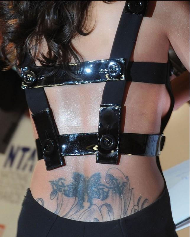 身前妻_1月27日,科尔前妻谢莉尔出席某颁奖礼,身着黑色露背装亮相,腰部性感