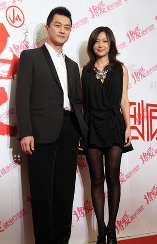 组图:徐静蕾穿黑色短裙现身