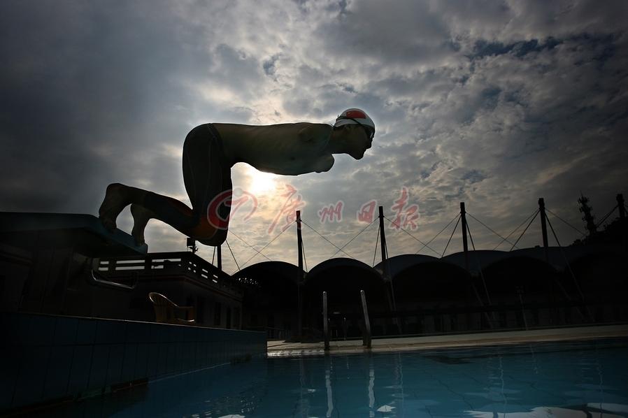 《无翼飞翔》 2010年10月7日,广州,在大学里,失去双臂的杨孟衡仍然