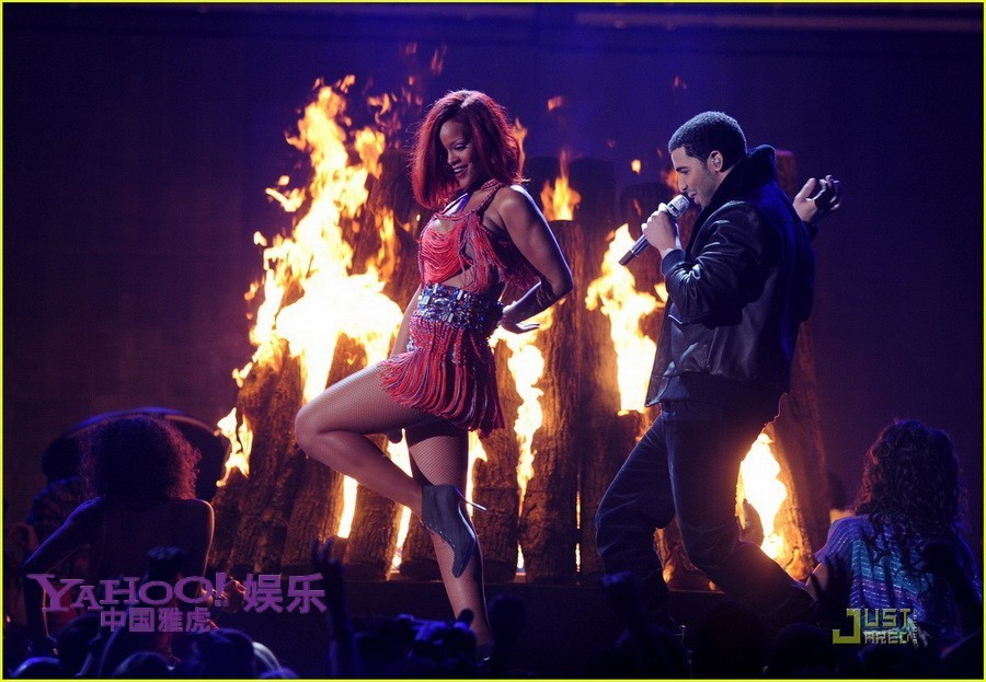 蕾哈娜浴火开唱 丝袜美臀与Drake贴身热舞图