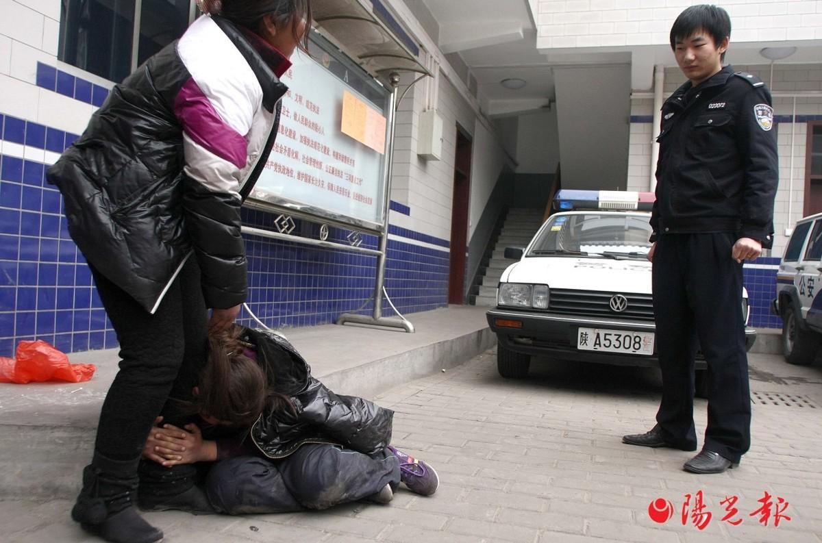 12岁女孩女生脱光被抓后行窃电话示a女孩衣服要超市给问了她图片