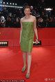 女星弗兰兹斯卡·维兹身穿绿色抹胸裙惹眼醒目