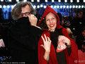 高清:柏林电影节闭幕红毯 维姆携妻子红黑配